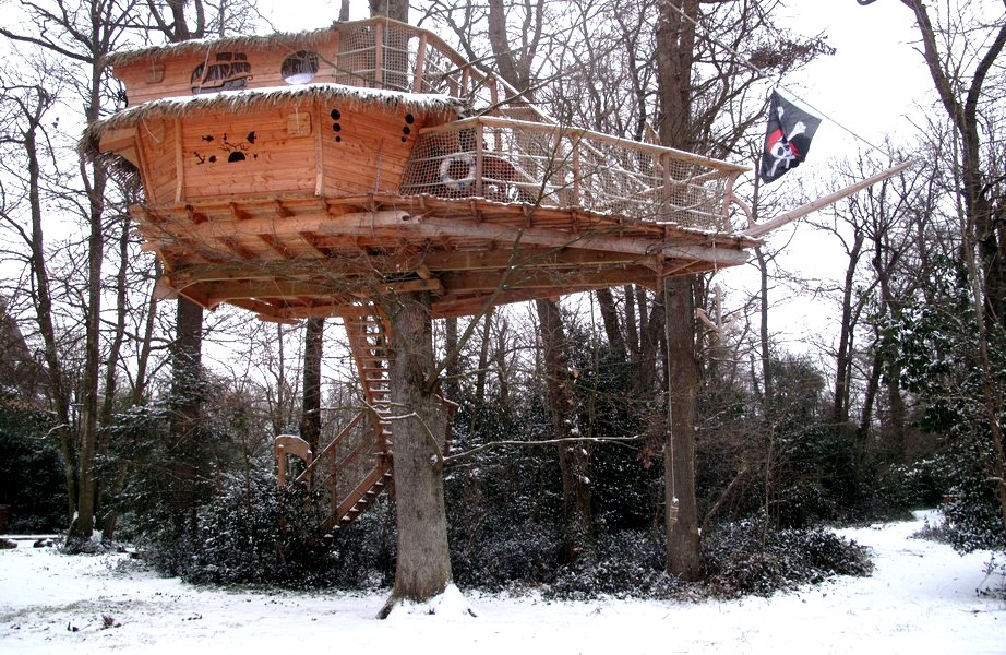cabane-arbre-famille-neige